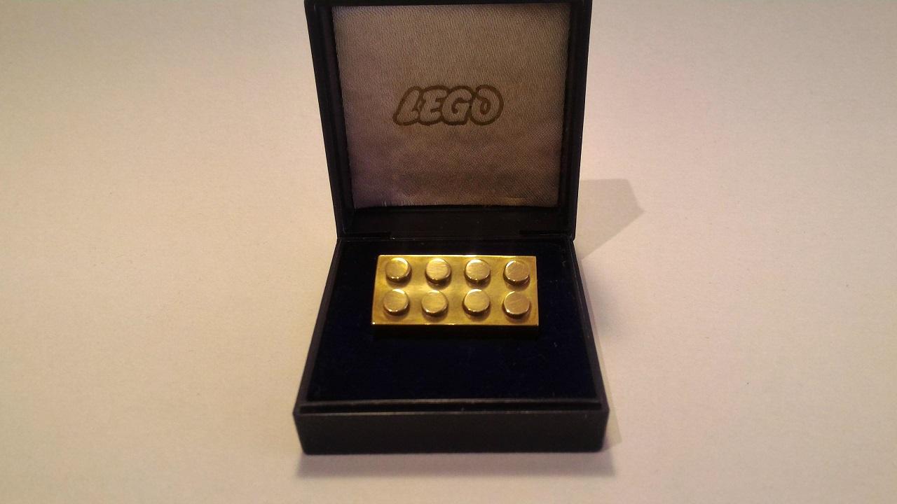 Il mattoncino LEGO d'oro da 14 carati va all'asta thumbnail