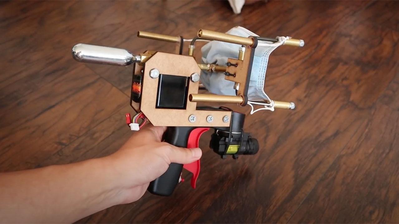 Mask Gun, il gadget che lancia le mascherine thumbnail