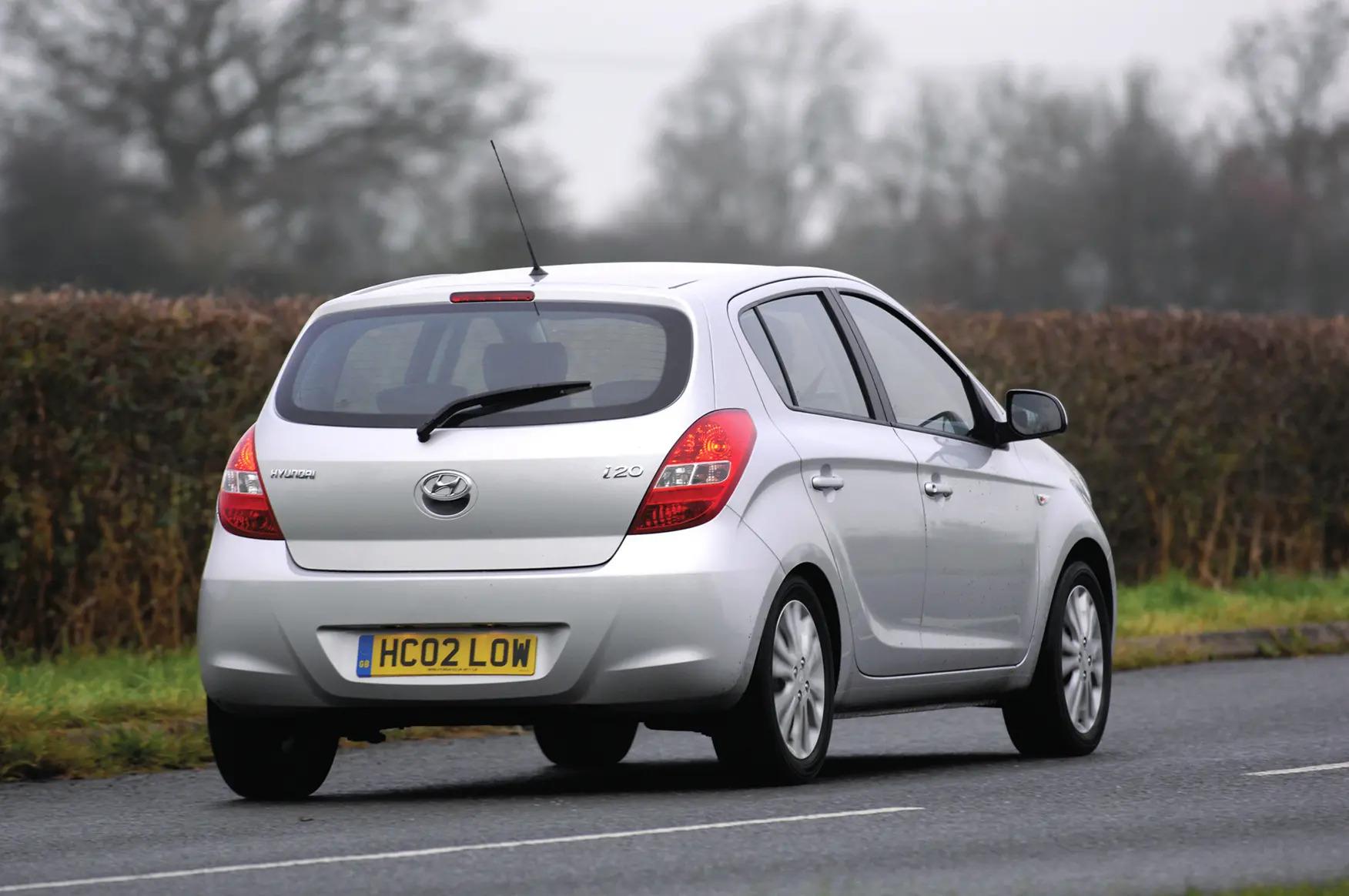 Auto-per-neopatentati-Hyundai-i20-posteriore