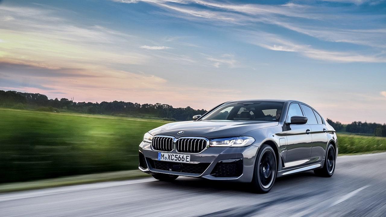 BMW 545e xDrive: la nuova ibrida plug-in mostra la sua potenza thumbnail