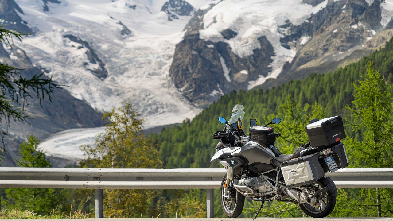 Hertz Ride presenta l'esclusivo tour in moto Alpine Routes thumbnail