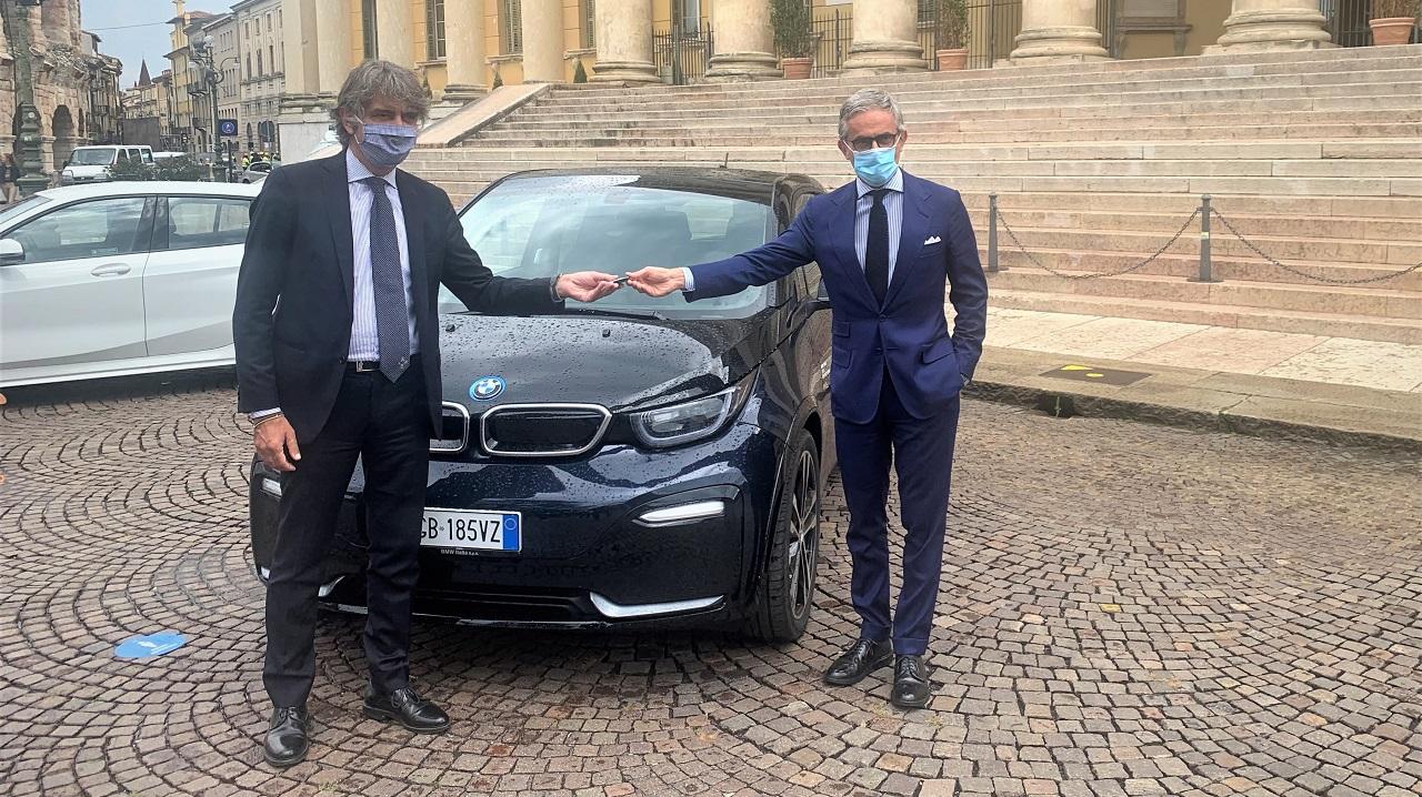 BMW Italia consegna al Comune di Verona la sua prima auto elettrica thumbnail
