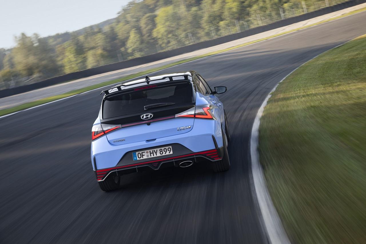 Hyundai i20 N 2021 posteriore in curva