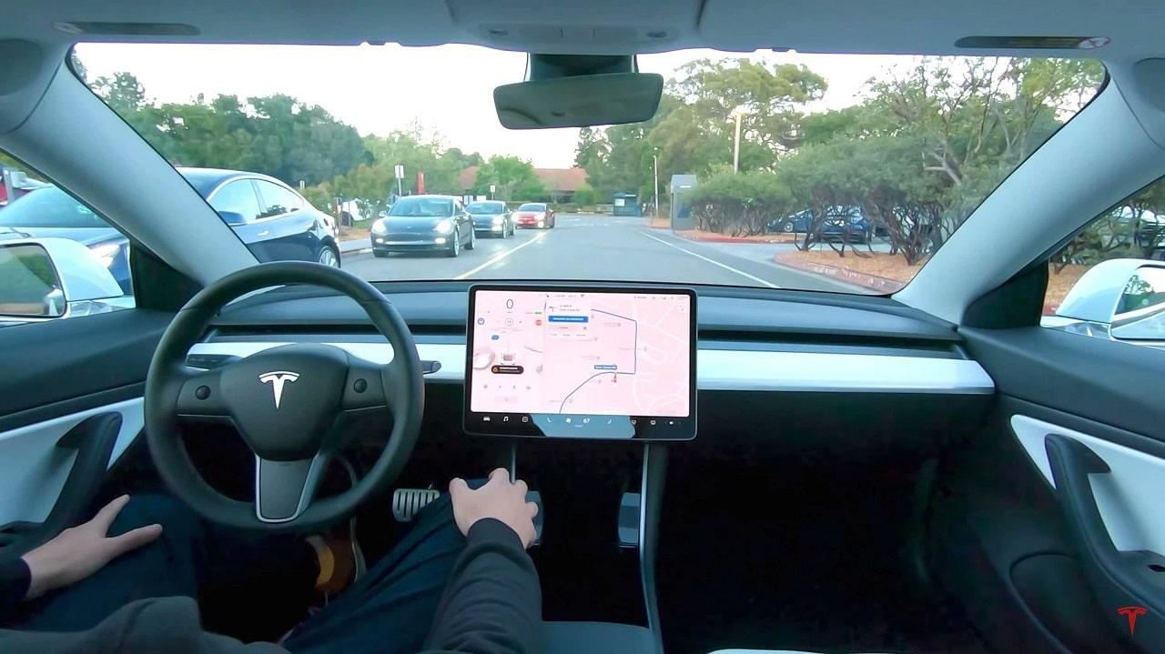 La guida autonoma completa di Tesla sarà disponibile anche in abbonamento thumbnail