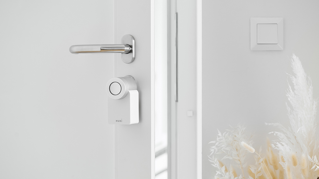 La serratura smart di Nuki ora è disponibile anche nella versione bianca thumbnail