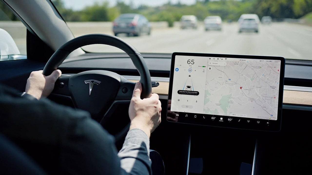 Tesla reintroduce i servizi internet gratuiti in alcuni veicoli thumbnail