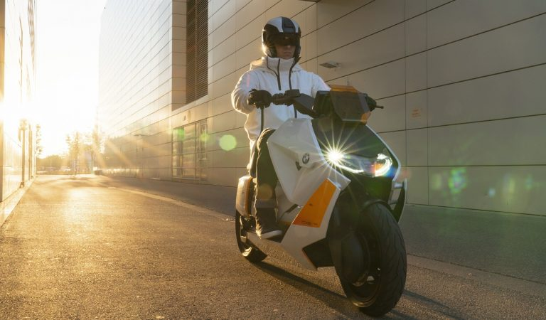 BMW ha presentato lo scooter del futuro: elettrico, diverso, rivoluzionario