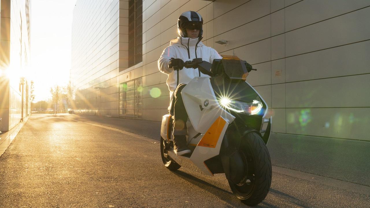 BMW ha presentato lo scooter del futuro: elettrico, diverso, rivoluzionario thumbnail