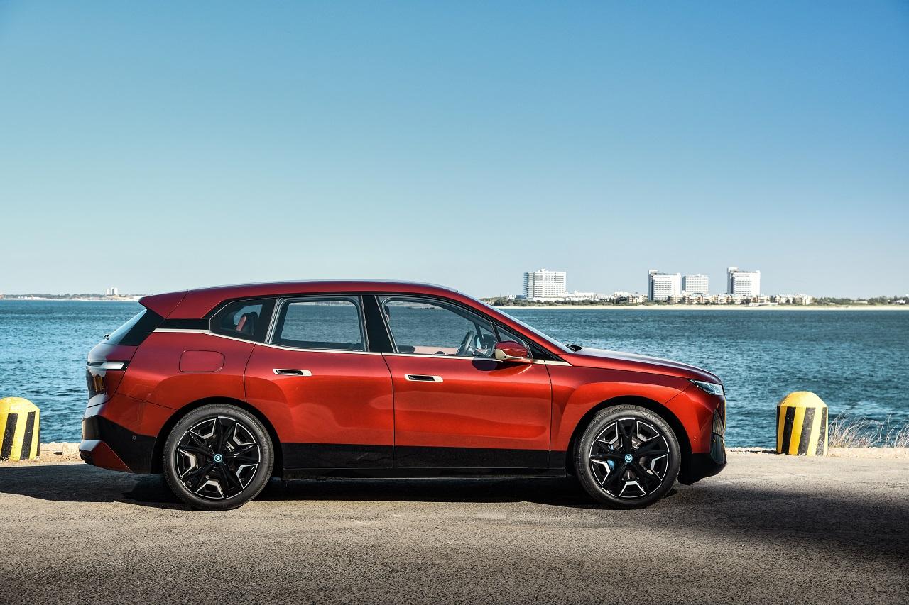BMW iX laterale