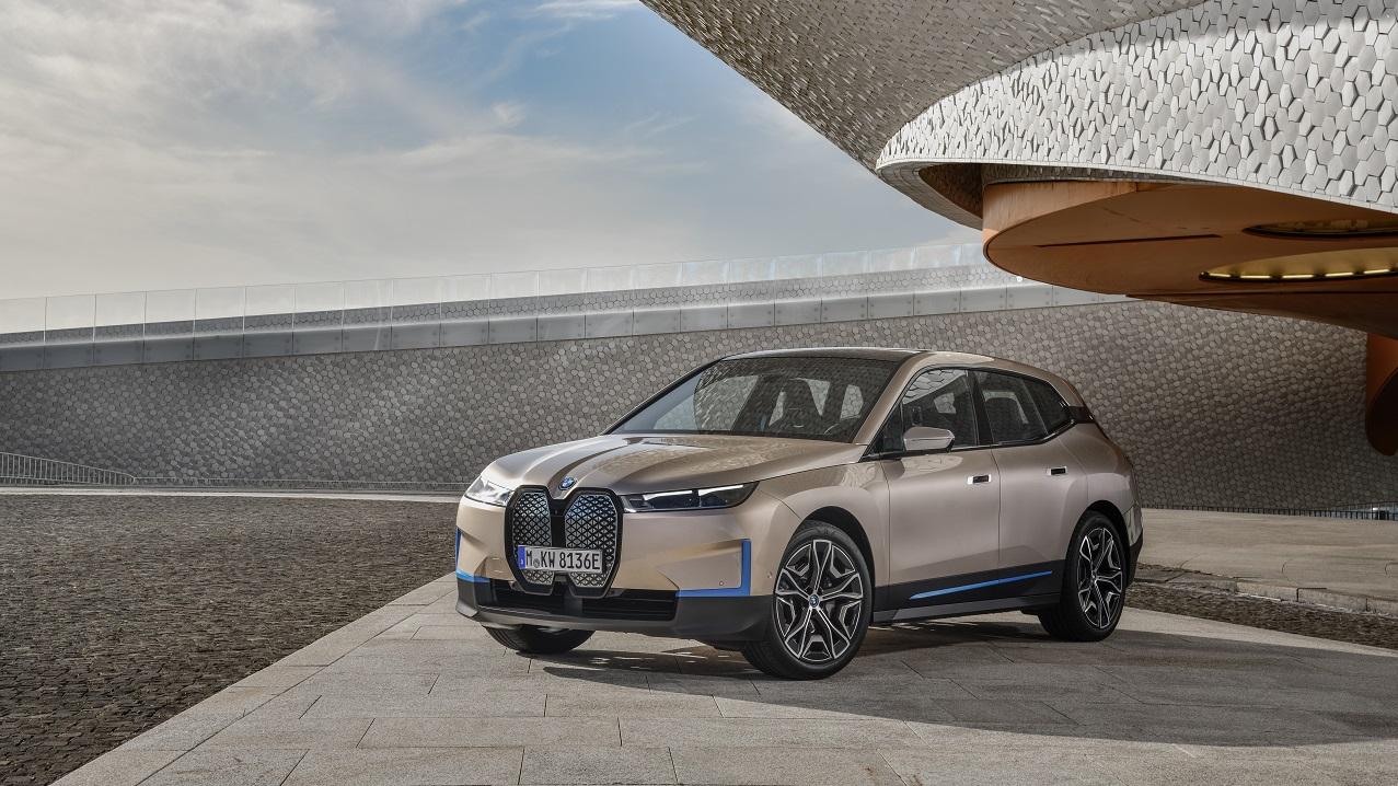 BMW iX: debutto ufficiale per il SUV elettrico bavarese thumbnail
