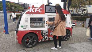 I distributori automatici di pollo fritto diventano realtà  KFC ha avviato un nuovo sistema di food delivery tramite dei veicoli a guida autonoma pieni di pollo fritto sparsi per la città di Shanghai
