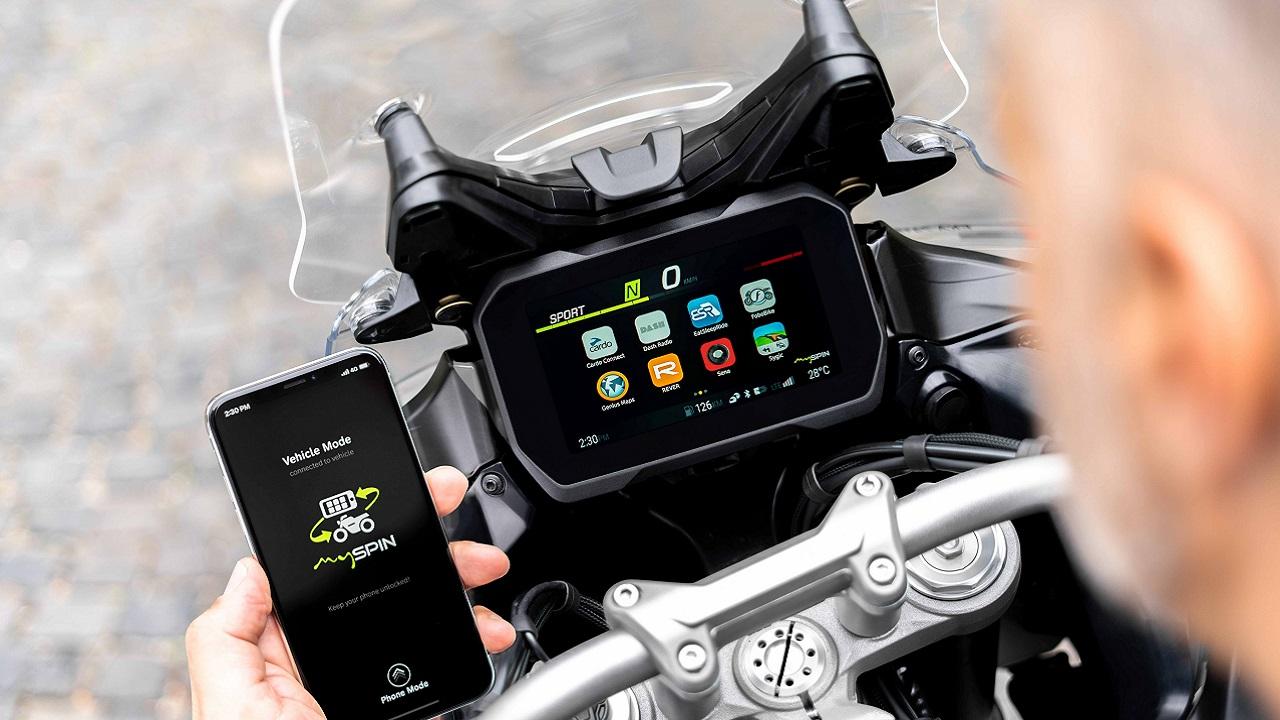 Bosch presenta il primo split screen integrato per le moto thumbnail
