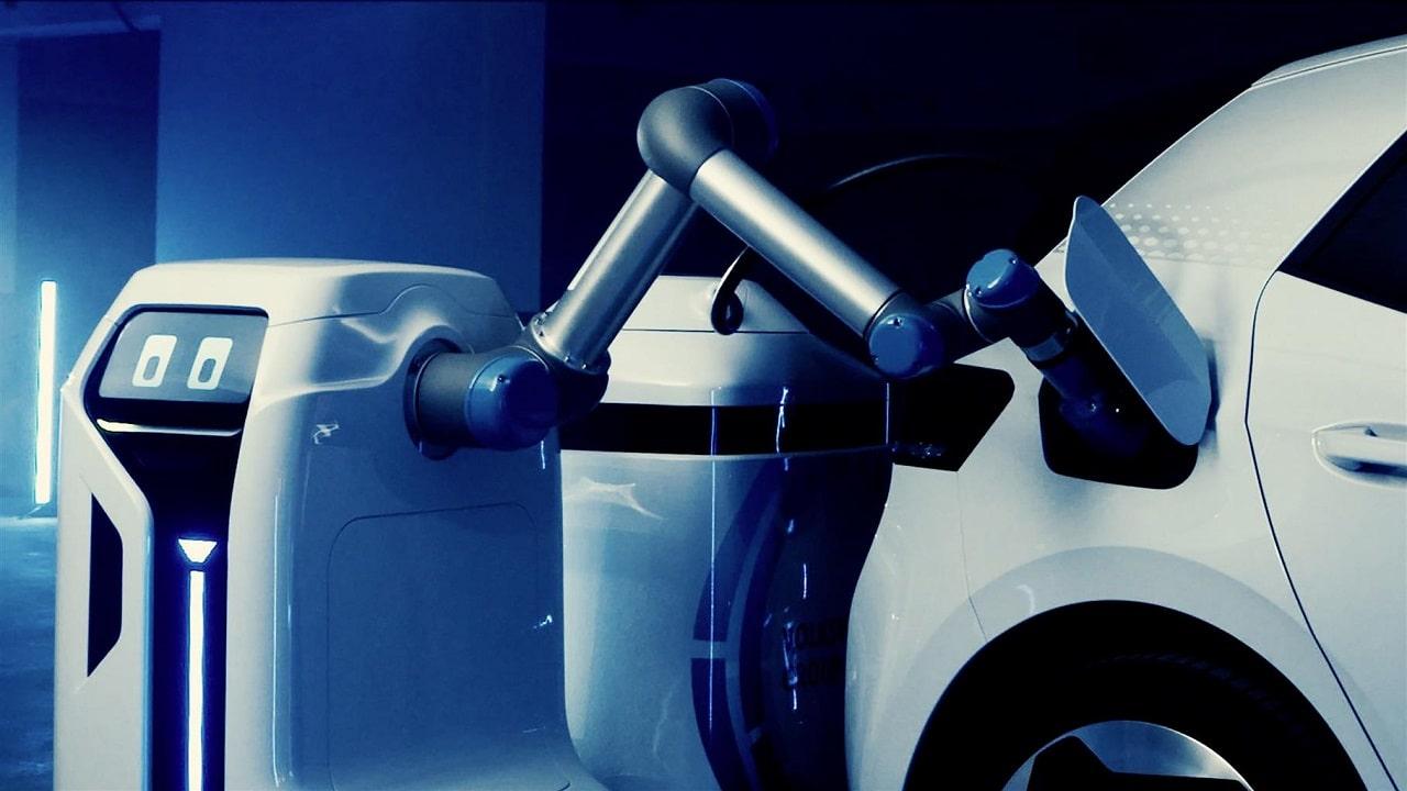 Volkswagen mostra il prototipo del robot di ricarica thumbnail