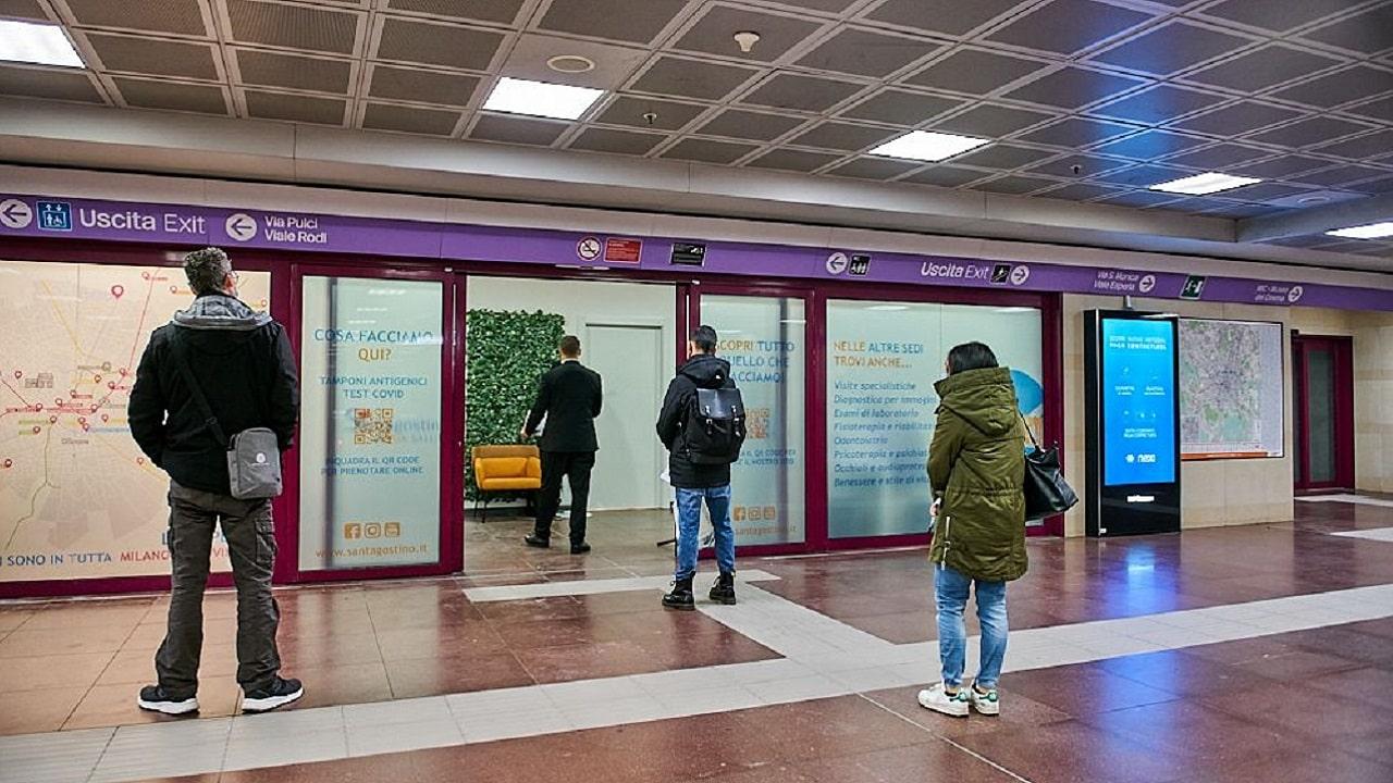 """Nella metro di Milano aprono due """"punti tampone"""" thumbnail"""