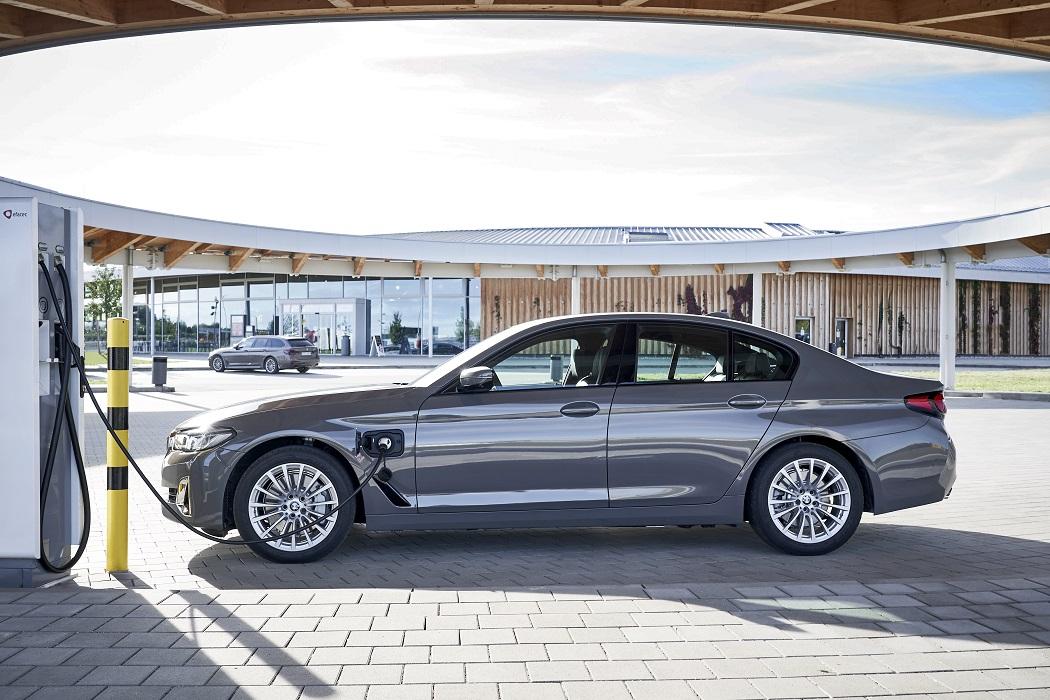 Una BMW 520e in ricarica