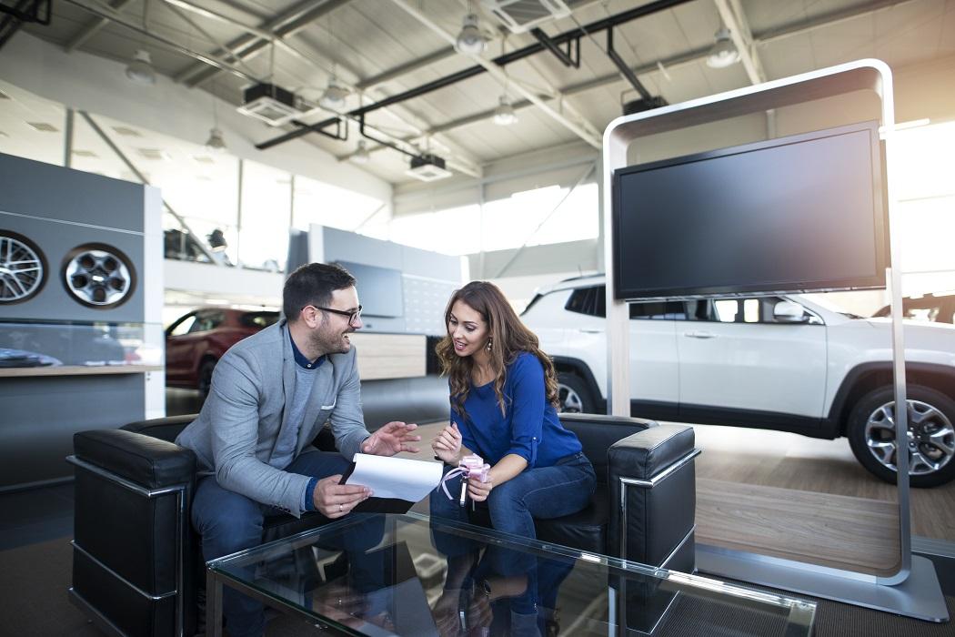 Venditore auto con cliente