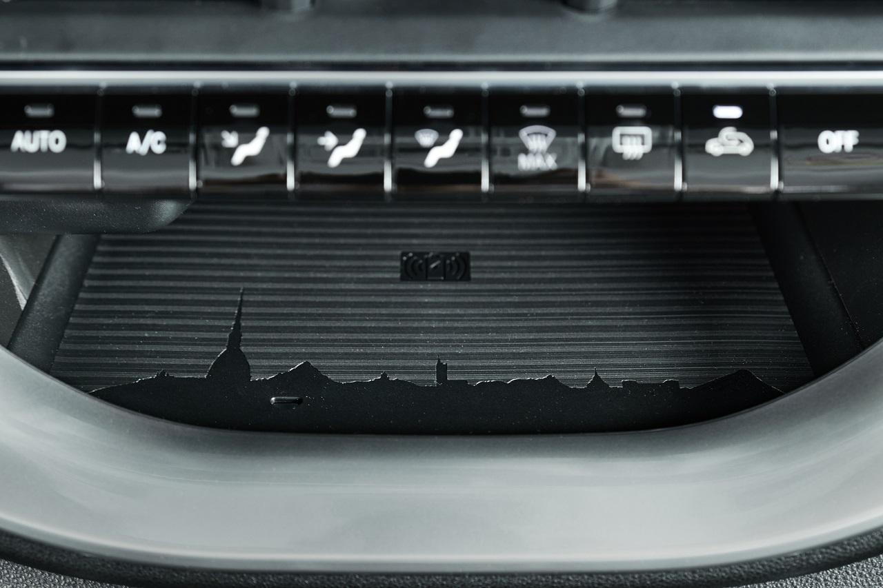 Un dettaglio del portaoggetti di FIAT 500e, legatissima alla città di Torino