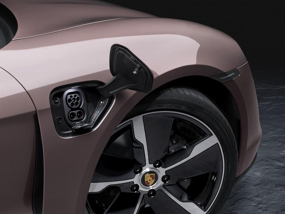 La ricarica di Porsche Taycan arriva a 225 kW per la versione con batteria base, 270 kW per la versione con batteria Performance Plus