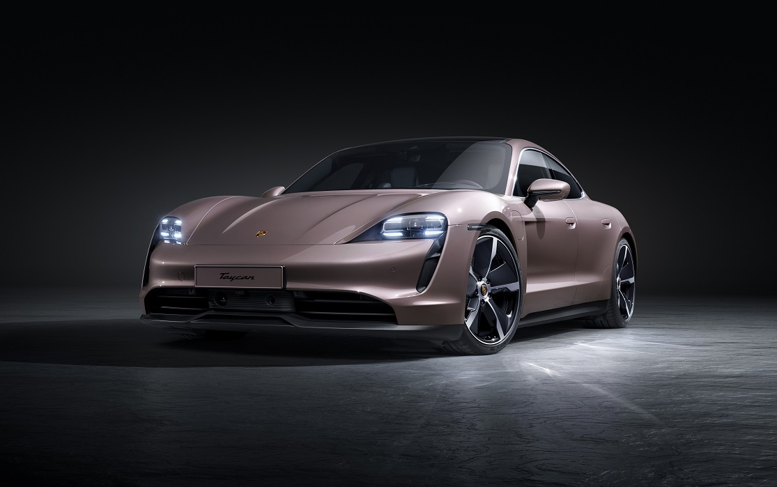Il frontale di Porsche taycan: non chiamatela base!