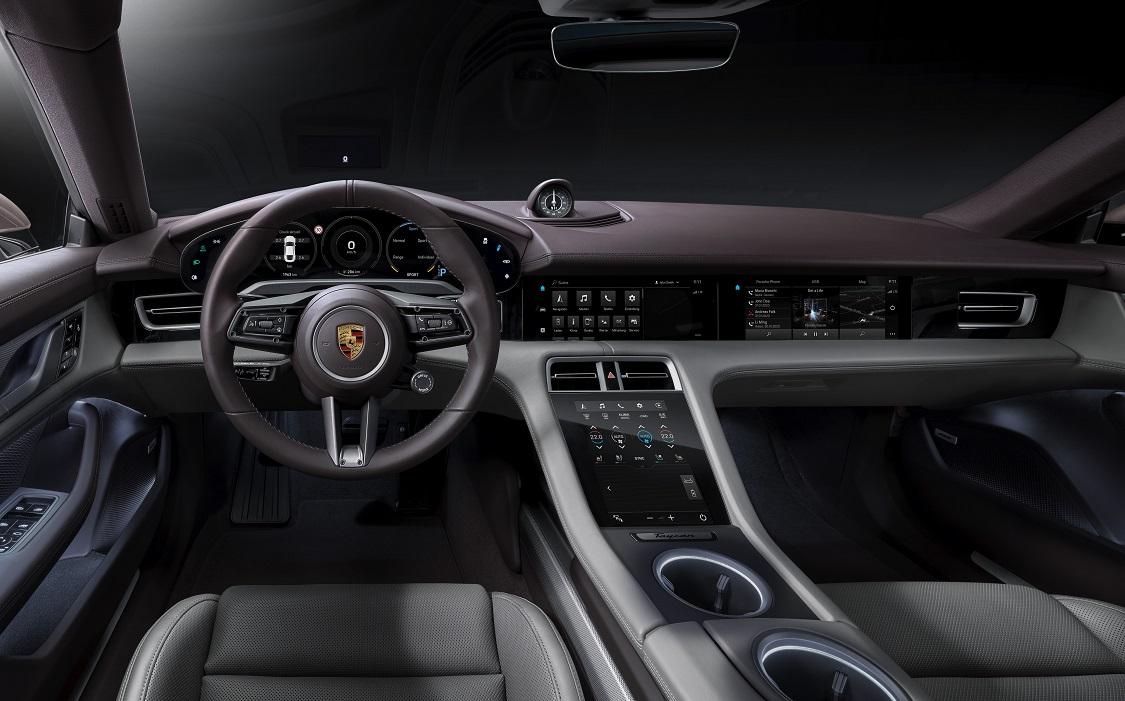 Gli interni di Porsche Taycan: qualità e feature riprese dalle sorelle maggiori