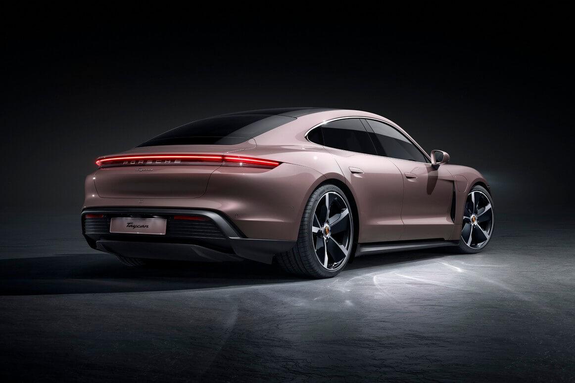 """Trazione solo posteriore ma batteria """"da grande"""": Porsche Taycan riduce le prestazioni ma aumenta l'autonomia"""