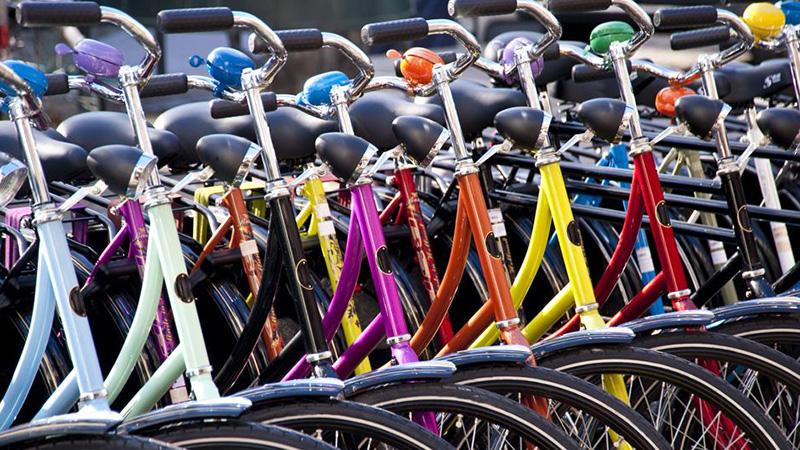 serie di biciclette colorate