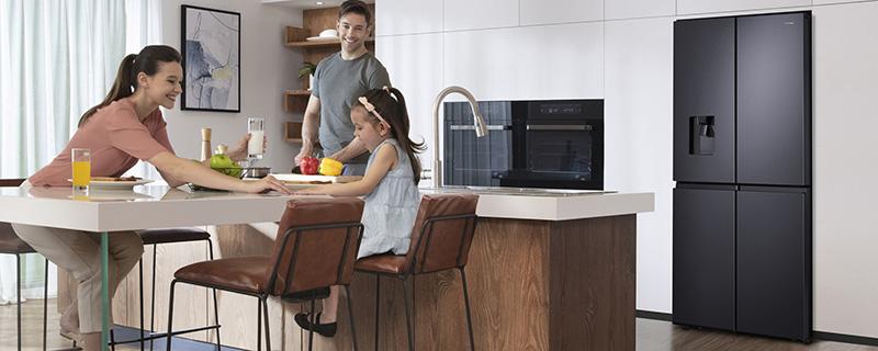famiglia tre persone cucina frigorifero
