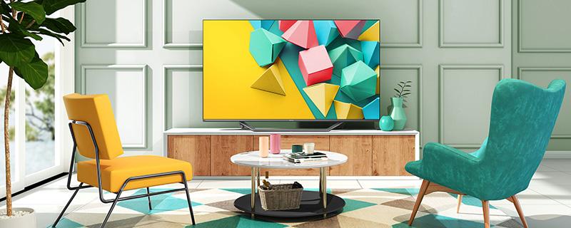 stanza con televisore e due poltrone