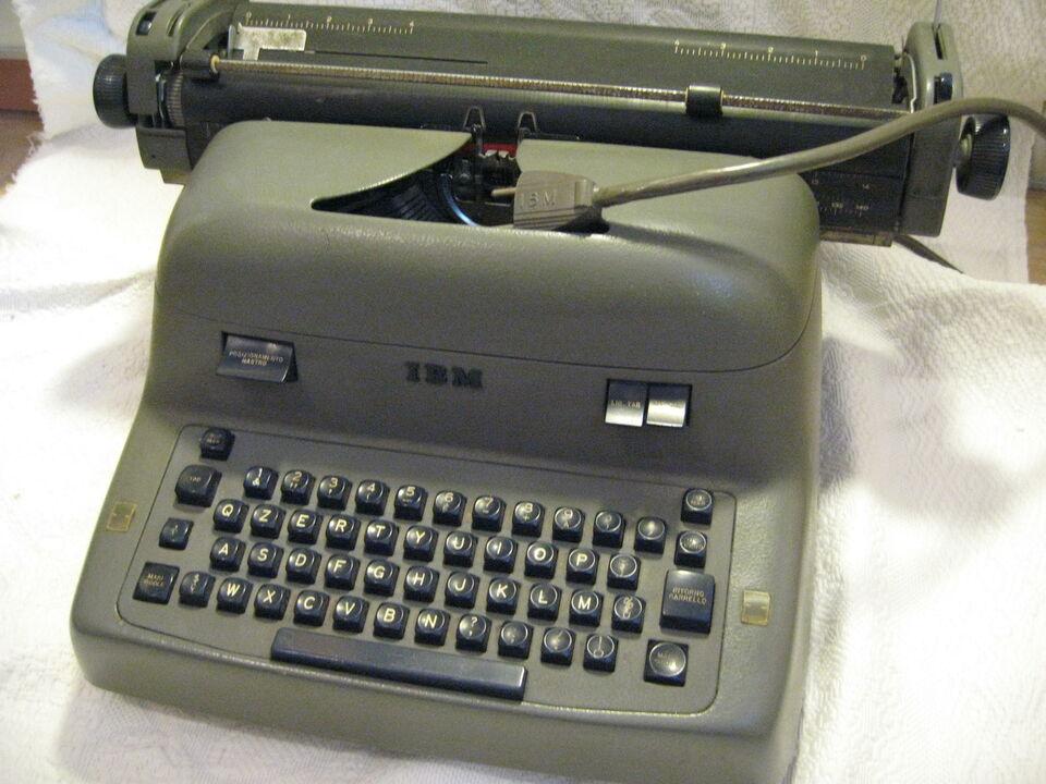 macchina da scrivere elettronica IBM
