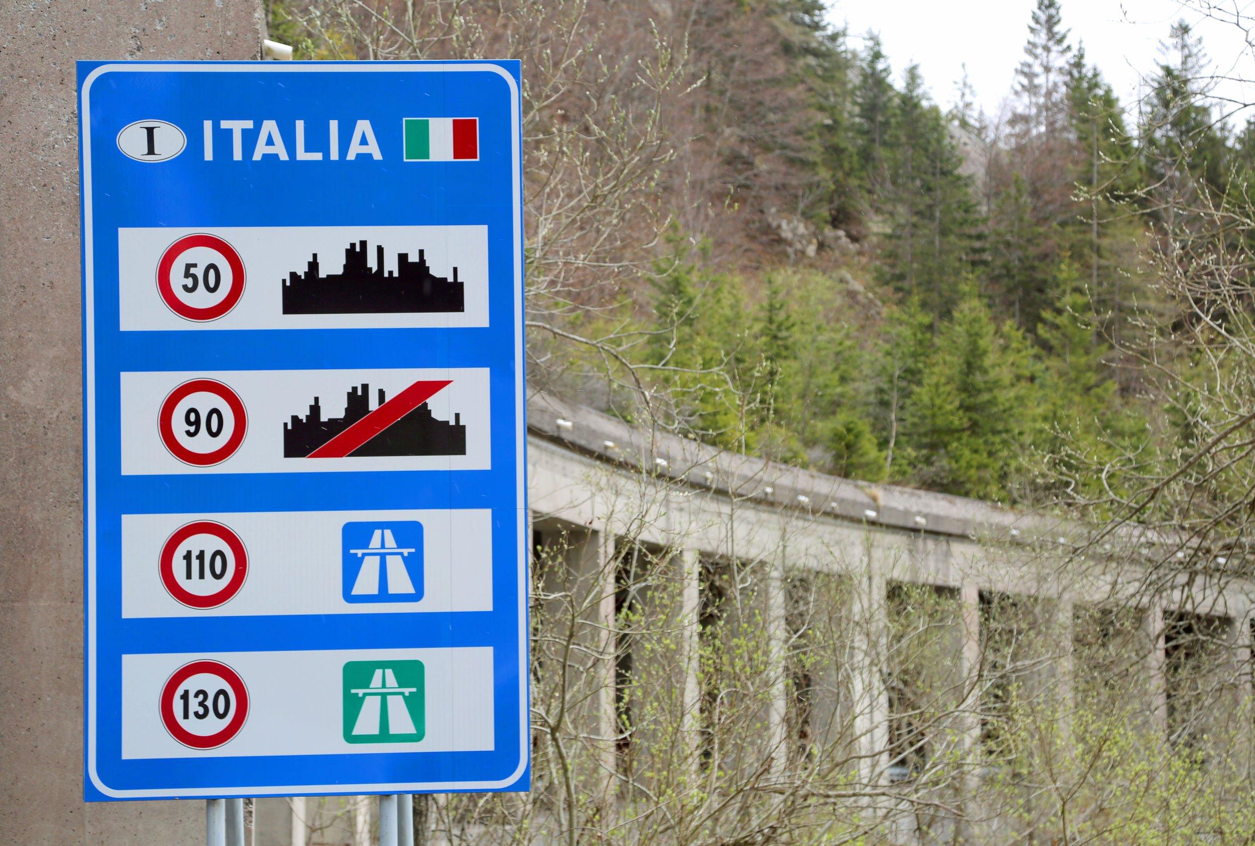 cartello con limiti di velocità italiani