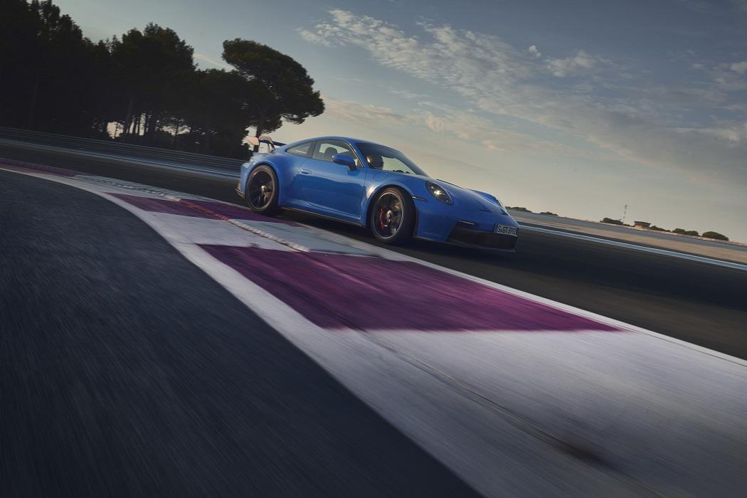 Porsche 911 GT3 2021 in curva