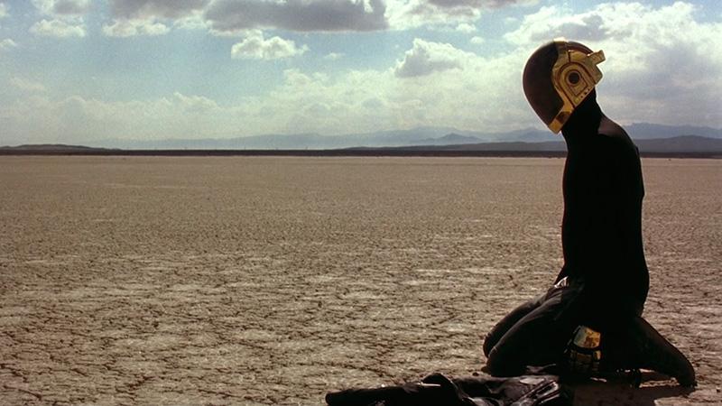 finale di electroma con l'androide nel deserto
