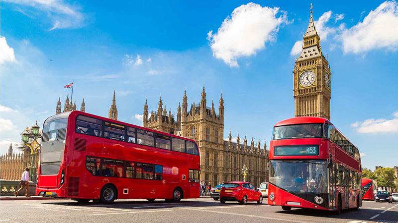 panorama di londra con bus rossi