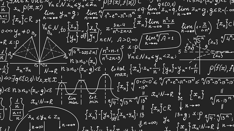 lavagna piena di calcoli matematici