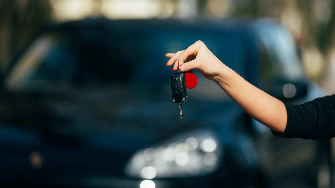 mano con chiavi auto