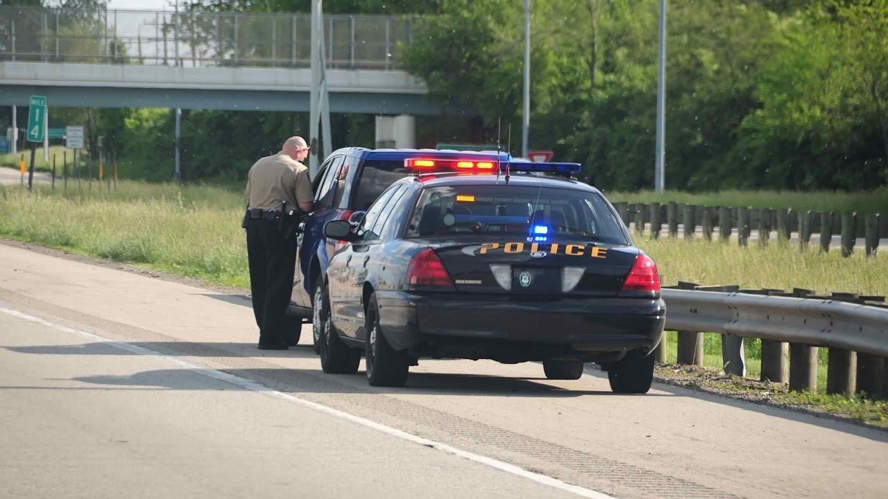polizia che ferma un trasgressore