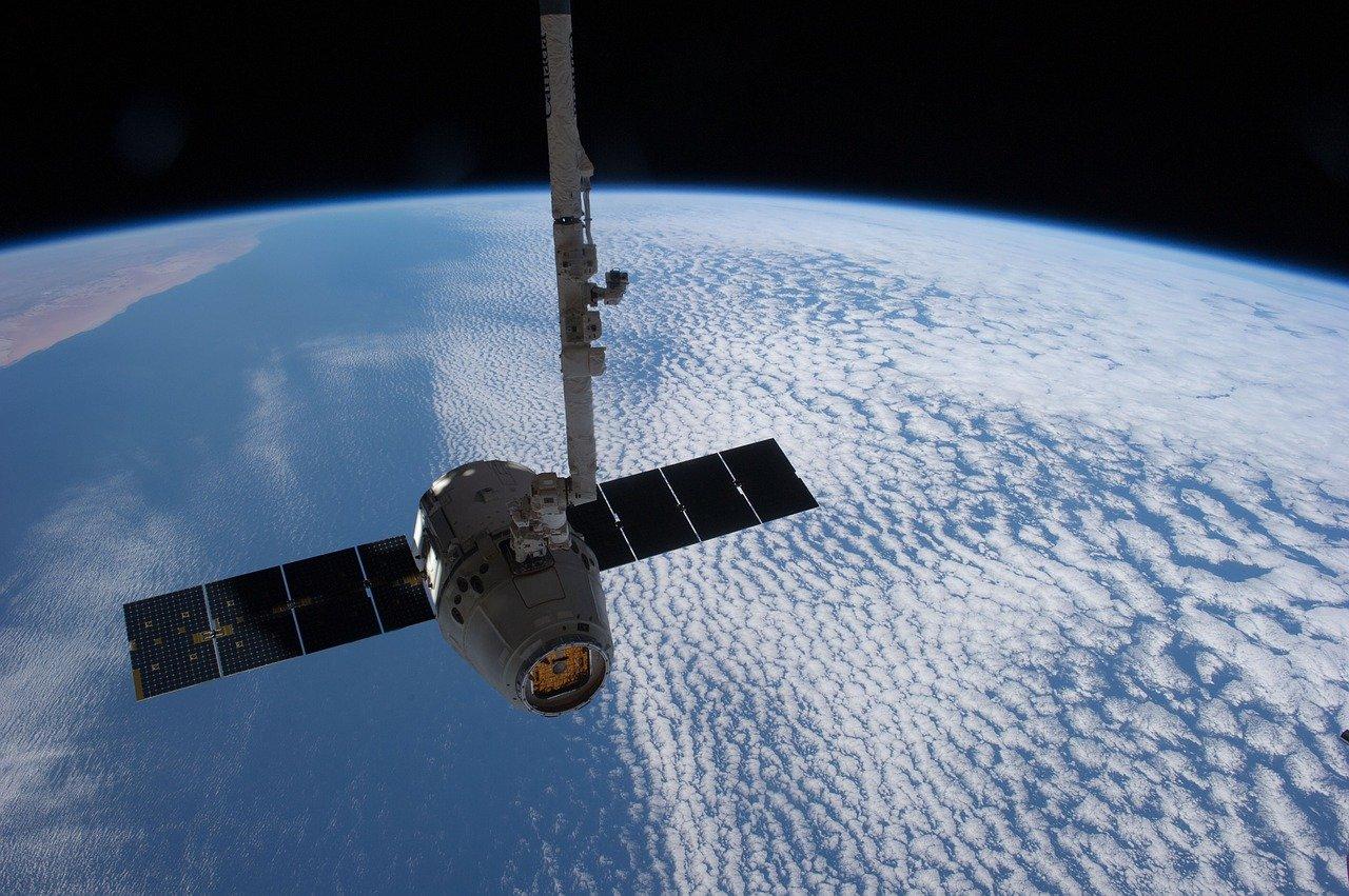 SpaceX annuncia il primo viaggio nello spazio concivili a bordo thumbnail