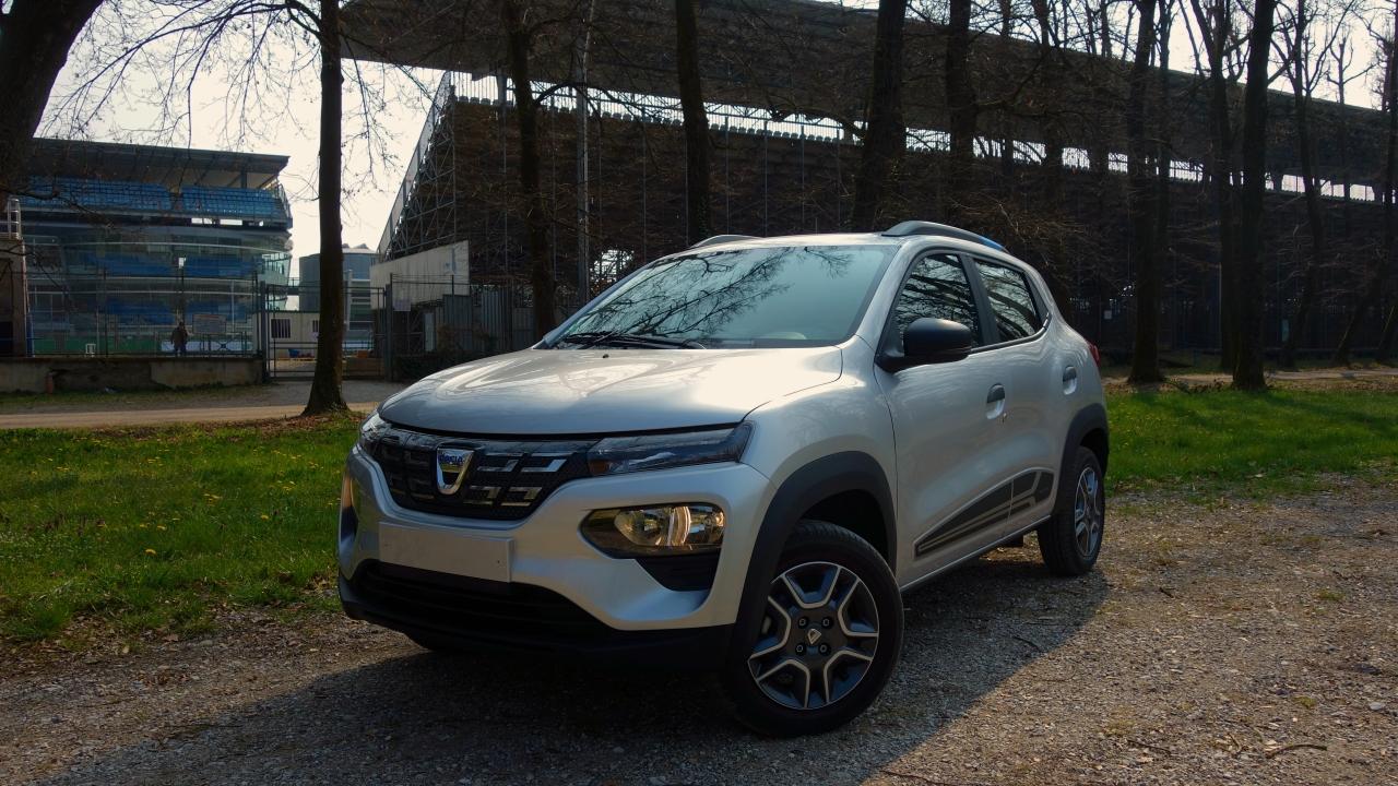 Alla guida di Dacia Spring: agilità e autonomia rendono la piccola elettrica perfetta per la città thumbnail