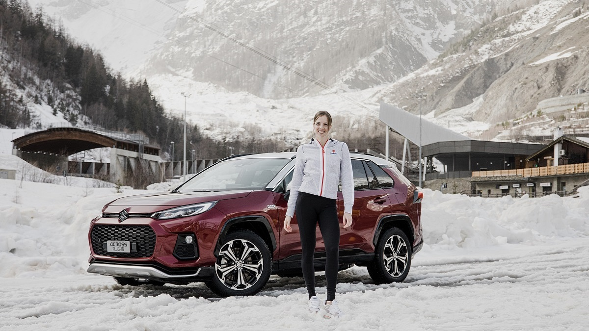 Suzuki Across Plug-in: il test drive sul ghiaccio di Carolina Kostner thumbnail