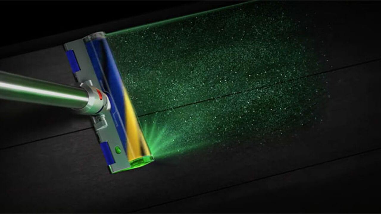 Il nuovo aspirapolvere Dyson usa un laser per trovare ogni briciola thumbnail