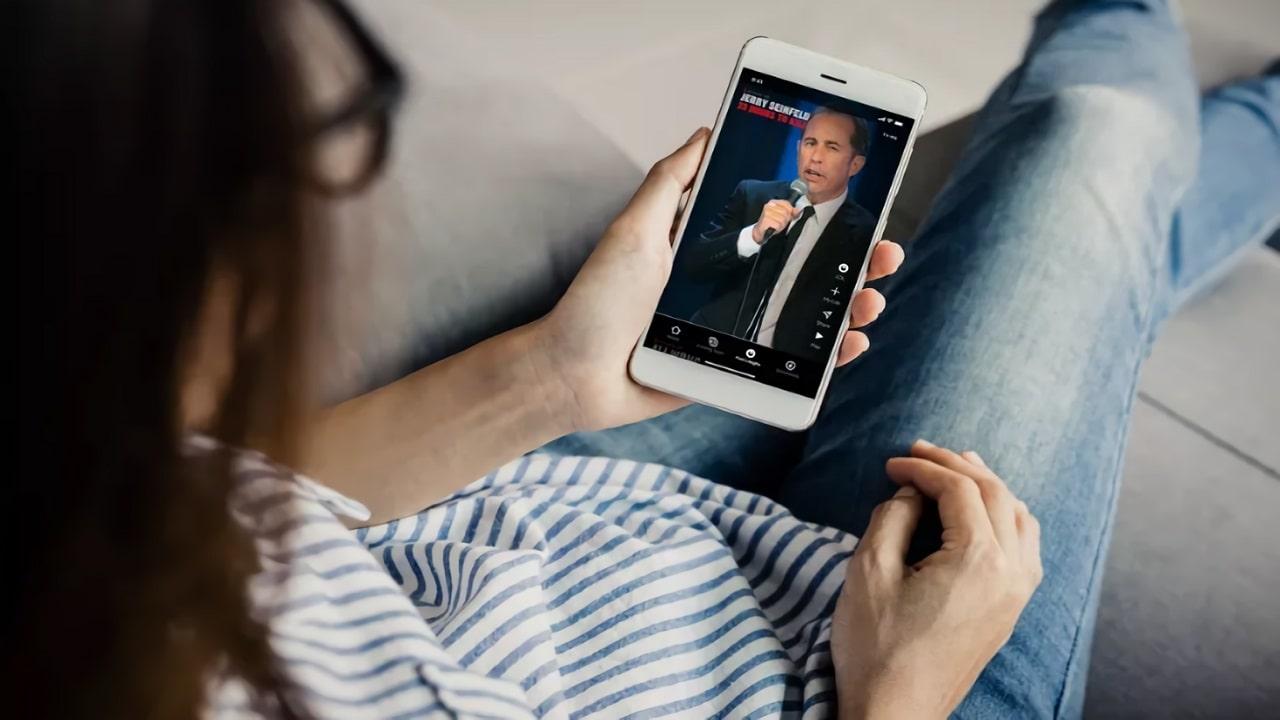 Netflix lancia una funzione simile a TikTok per guardare video divertenti: Fast Laughs thumbnail