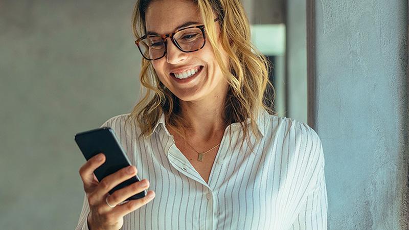 paypal donna che sorride con telefono in mano
