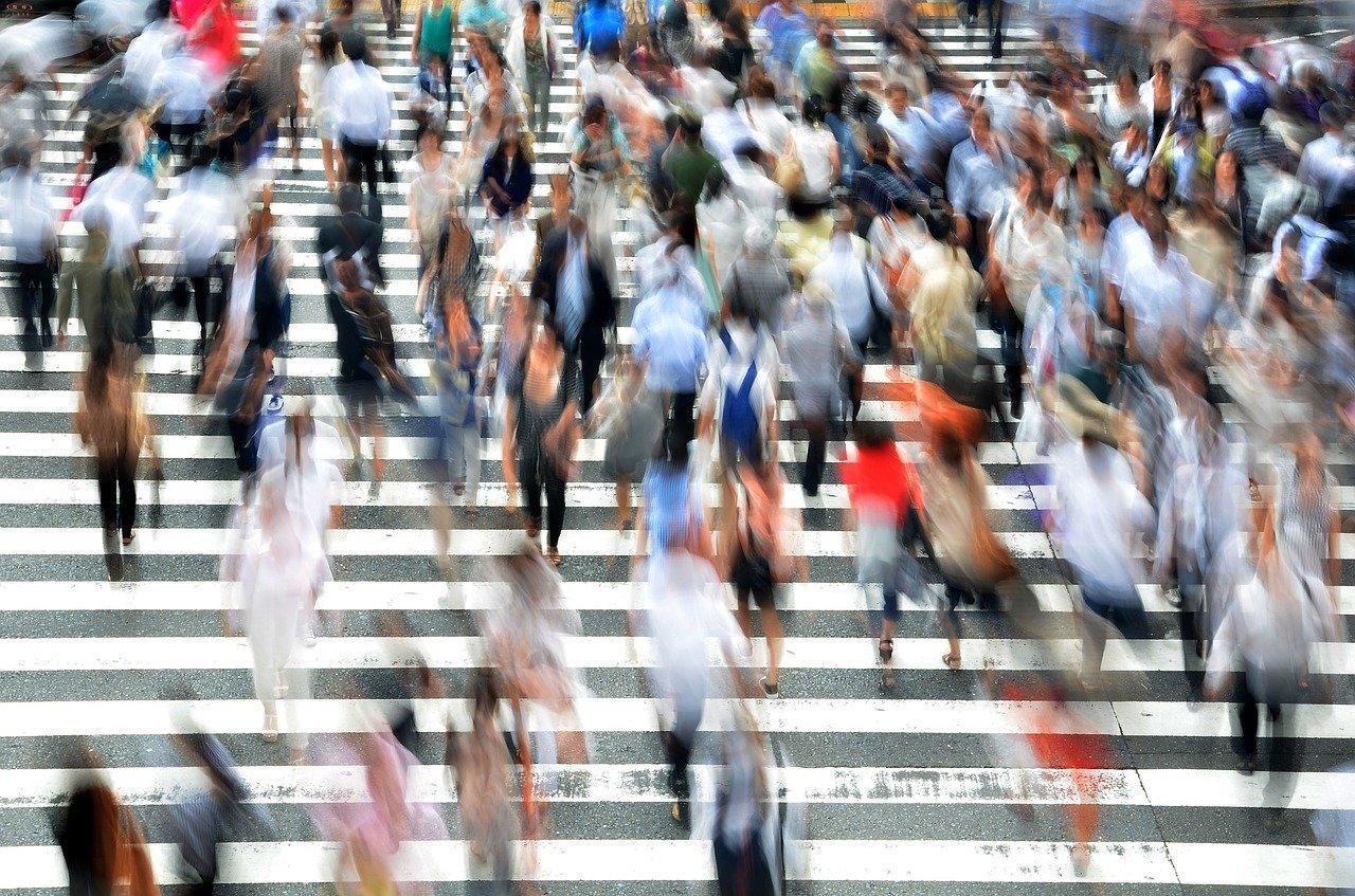 Smartphone, usarlo mentre si cammina può generare confusione e caos thumbnail