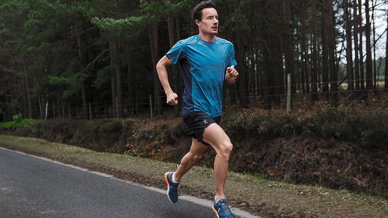 uomo che corre runner