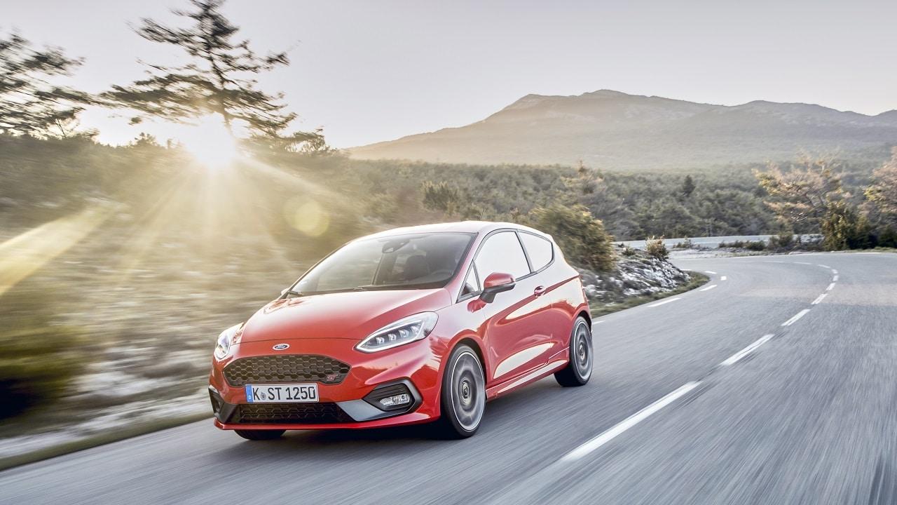 """I tecnici Ford stanno studiando dei fari capaci di """"fare"""" le curve thumbnail"""
