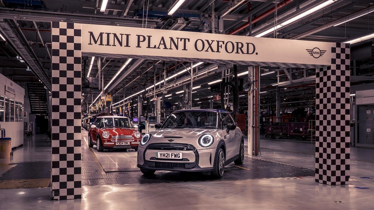 MINI: gli storici stabilimenti di Oxford e Swindon festeggiano i due decenni della piccola inglesina thumbnail