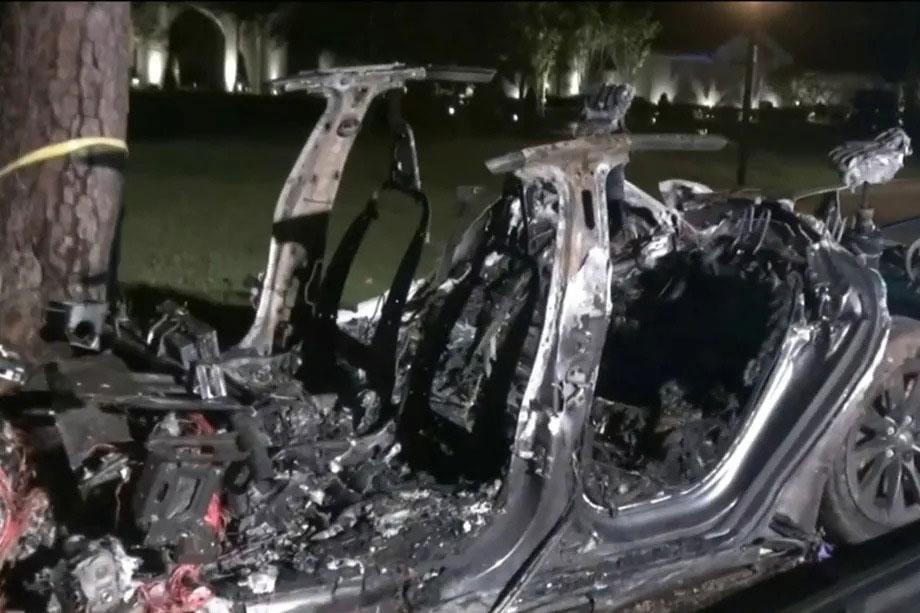 Due morti dopo l'incidente di una Tesla. Nessuno di loro era alla guida thumbnail