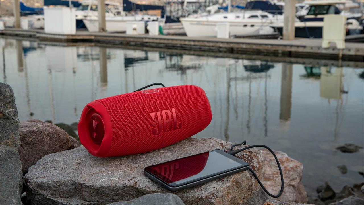 Nuovo speaker bluetooth JBL Charge 5: struttura robusta e design elegante thumbnail