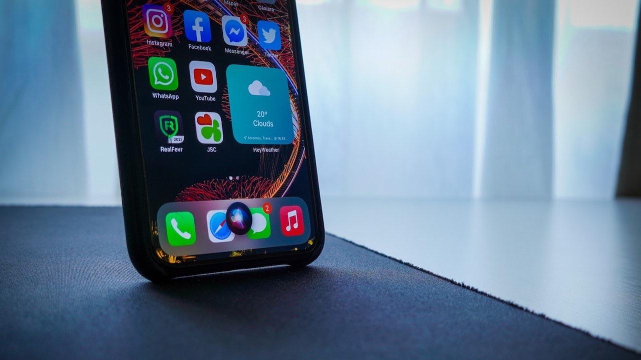 Siri, Apple dice addio alla voce femminile preimpostata a favore dell'inclusività thumbnail