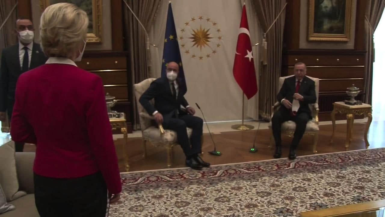 Erdogan lascia la Von der Leyen senza sedia: ed è subito meme thumbnail